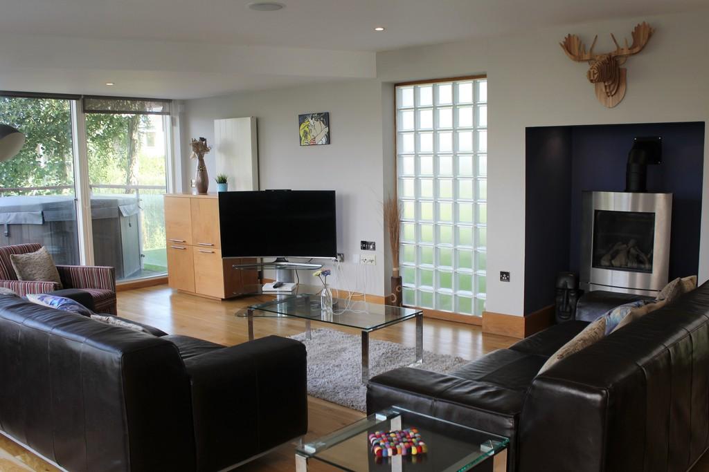 Lower Mill Estate,Lounge