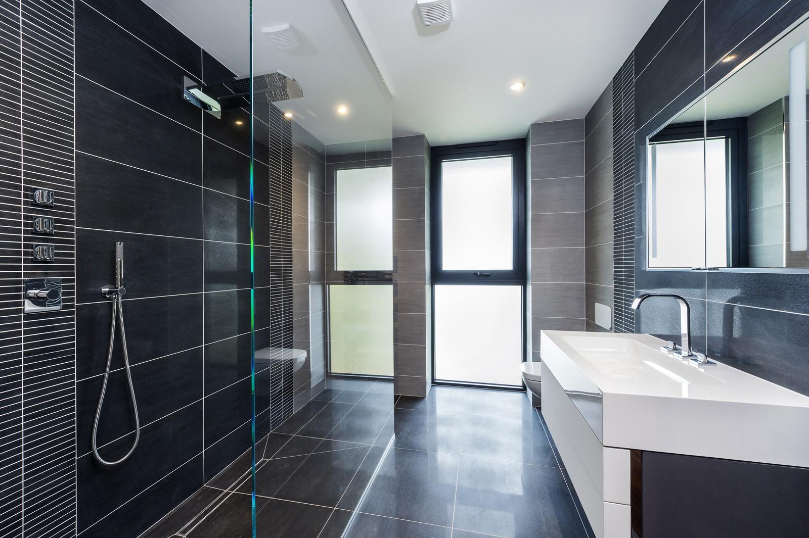 Des Ewing,Bathroom