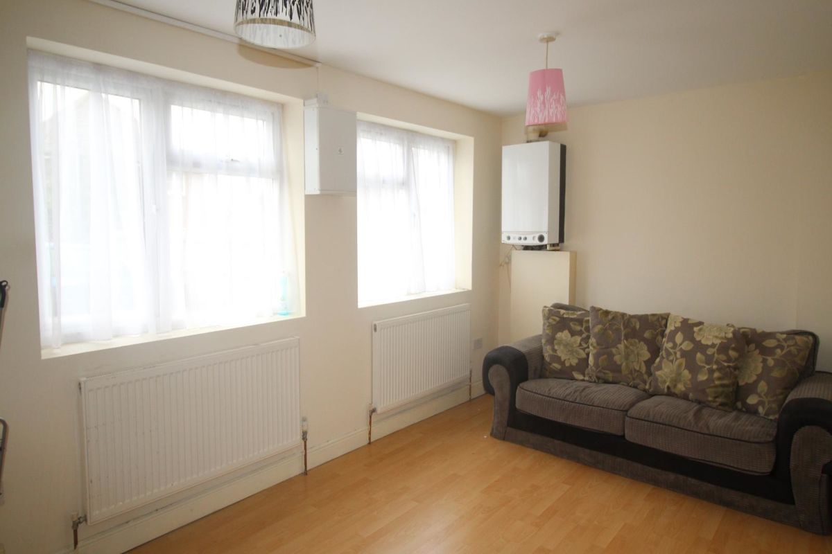 1 Bedroom Flat For Sale In Staines Road West Sunbury On Thames Tw16 London