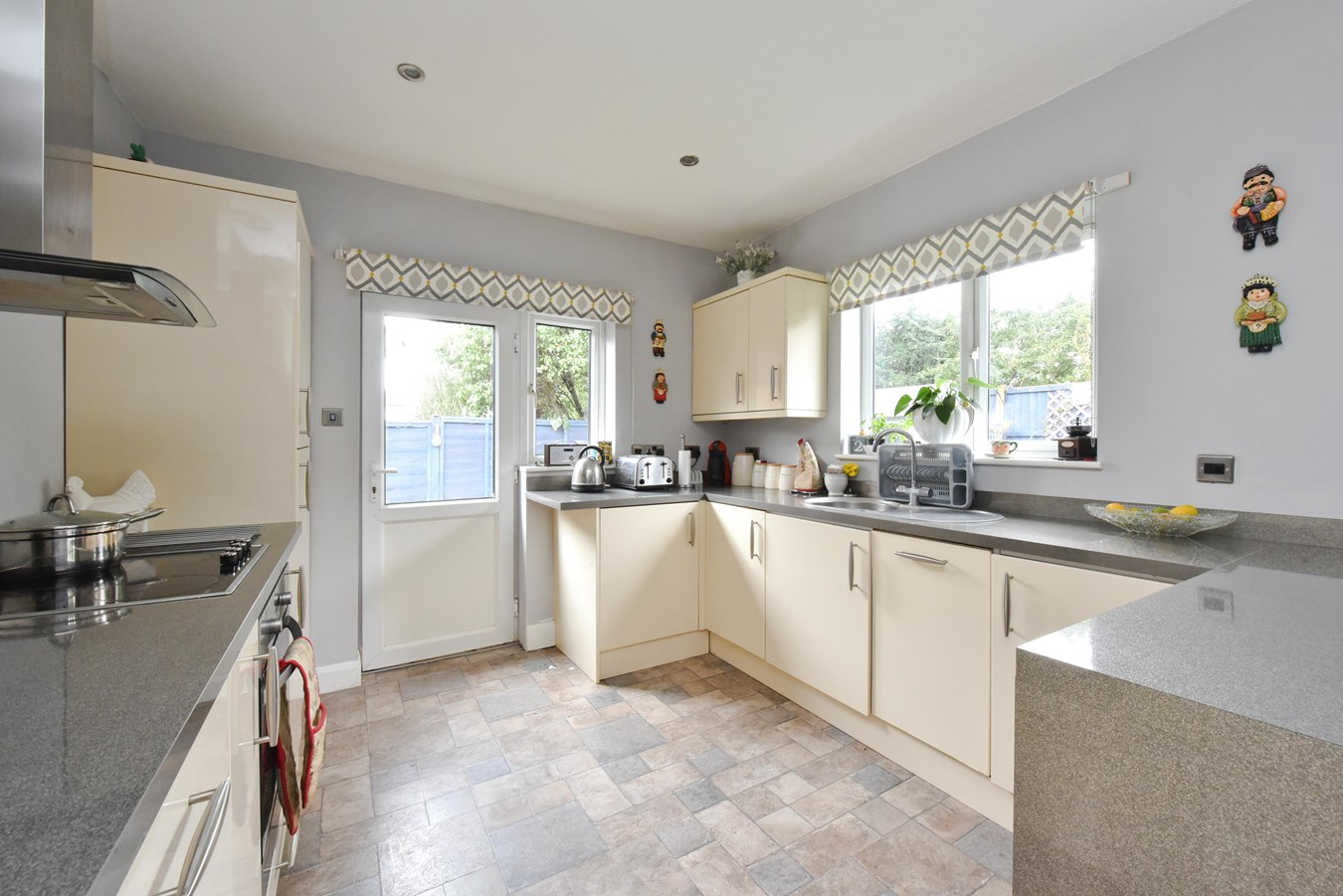 2 bedroom bungalow for sale in Oakmere Close, Potters Bar EN6, London