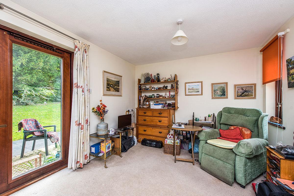 1 Bedroom Flat For Sale In West End Lane Esher Kt10 London