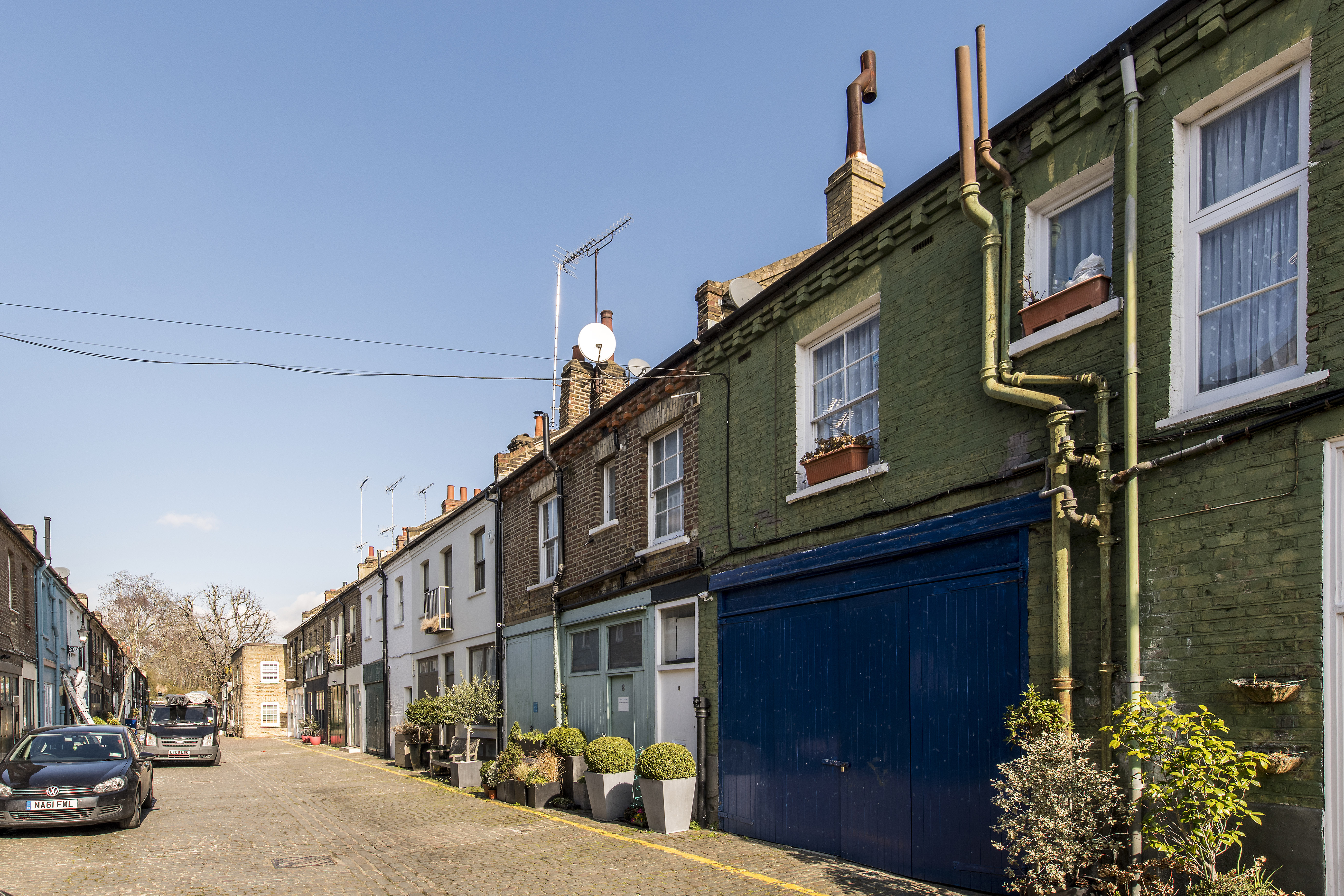 Russell Gardens Mews,Local